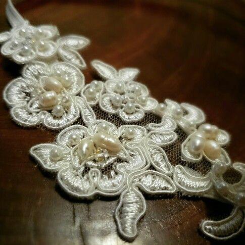 Headband de encaje con perlas de río   y swarovski  #my_vintagelady #headbands #hairaccesories #handmadeheadbands