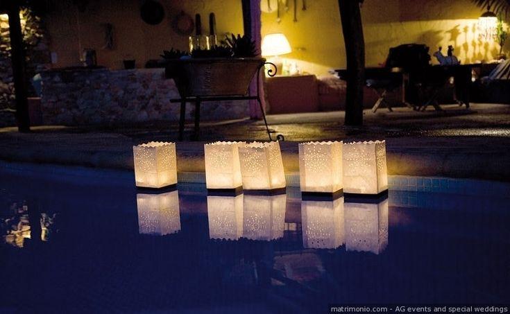 Decorazioni con lanterne di carta galleggianti per illuminazione della piscina della location di matrimonio