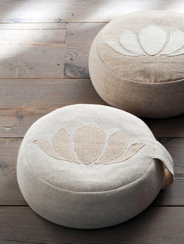 Poef lotus Happinez - Poef van handgeweven stof fairtrade gemaakt in Nepal. Perfect om op te mediteren of als extra zitplaats.