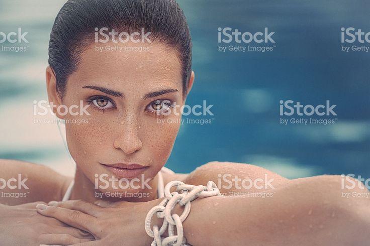 Красота фото молодая женщина с freckless на ее лицо  – роялти-фри стоковая фотография