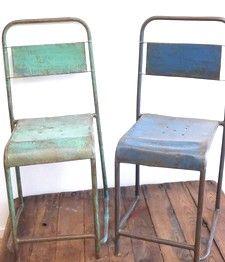 Industriële metalen stoelen, in zomerse kleuren. Stapelbaar en geschikt voor buiten! Prijs per set € 90,- www.hethoutje.nl