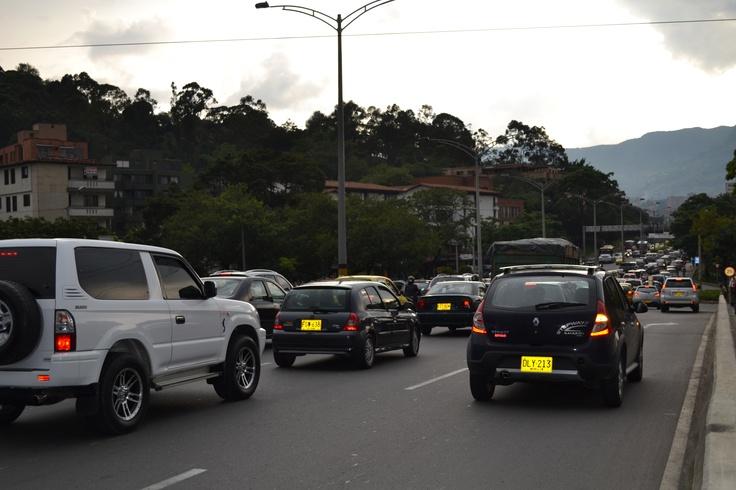 Antes del día sin carro 2012 en Medellín.  Lugar: Puente de la 33, sobre el río Medellín, que conecta el oriente con el occidente de la ciudad.  Fecha: 19 de abril de 2012 - 5:02pm