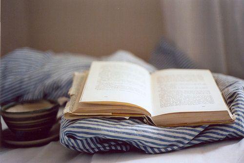 Sobre el arte de viajar entre líneas.: Sunday Mornings, Open Book, Reading Book, Cozy Clothing, Cups Of Coff, Cups Of Teas, Beds Sheet, Good Book, Reading Spots