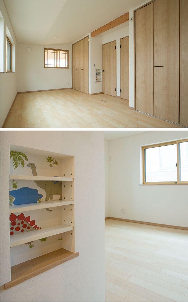 将来二部屋に分割できる子供室。予め二つのドアとクローゼットを設え、棚には恐竜の壁紙でアクセントに。|インテリア|かわいい|自然素材|