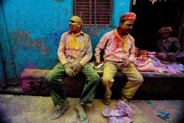 À BarsanaA Barsana, ces deux habitants font une pause avant de retourner au temple de Radhika. Là se déroulent des «affrontements» symboliques, les hommes tentant de dérober le drapeau de l'édifice et entonnant des chansons provocatrices pour attirer l'attention des femmes, qui les repoussent avec de longs bâtons. Si, au cours de ce chahut très codifié, des «envahisseurs» sont capturés, ils doivent revêtir un sari, puis danser sous les quolibets de leurs amis.