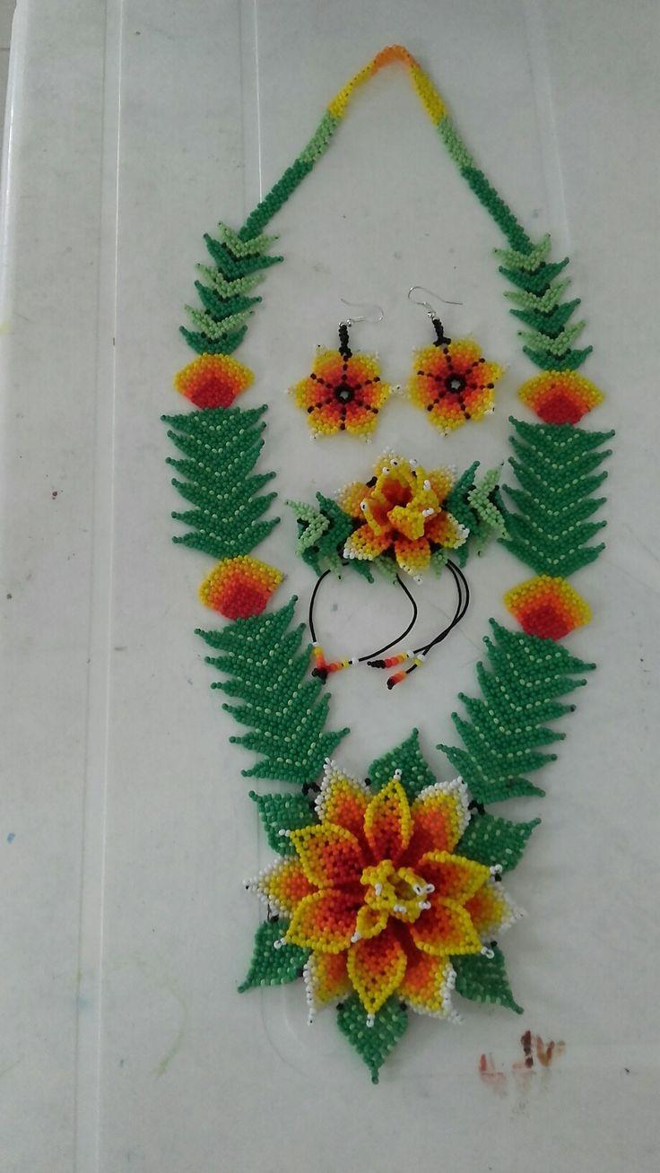 Collar flor huichol tonos naranjas