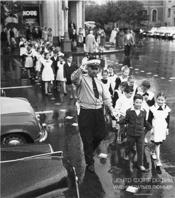 Первое сентября Автор: Рахманов Николай, год съемки: 1960-e, печать: черно-белая бромсеребряная, тираж: 30, примечание: подпись автора на обороте фотографии