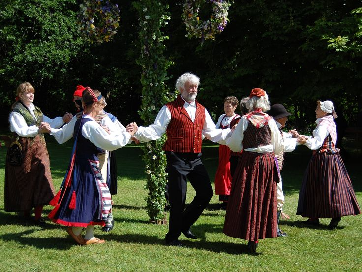 Folkdans kring midsommarstången