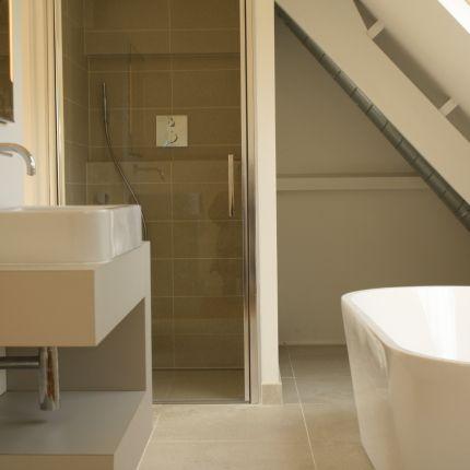 Volledig gemoderniseerde woning en badkamer. Details als glas-in-lood en siertimmerwerk zijn behouden. Nieuwe gas-, water- en elektra-installaties en isolatie.