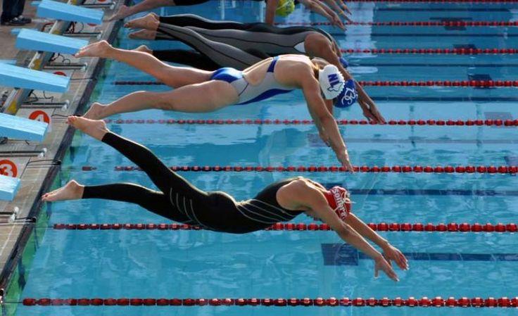 Resultado de imagen de nadadoras saltando al agua de cabeza