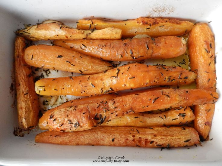 Morcovi copti cu cimbru.  Roasted carrots with dried thyme and garlic.
