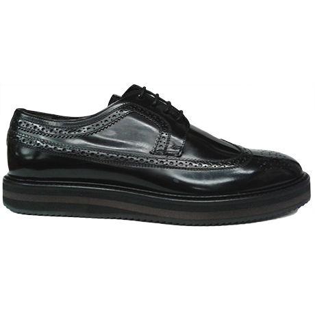Zapato blucher con pala vega y picado maría en piel rectificada color negro de Ashcroft. Vista lateral