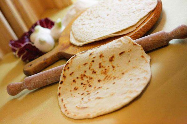Ricetta Piadina Vegana - Scopri tutti gli ingredienti e il procedimento per preparare la piadina romagnola al 100% in versione vegana senza strutto in maniera semplice e veloce.