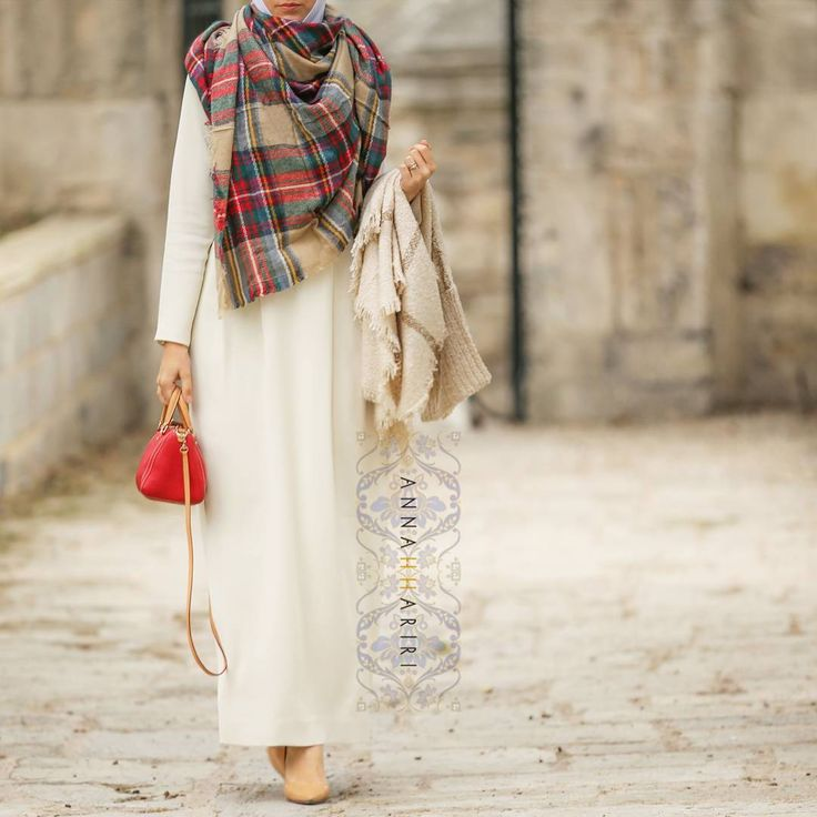 Maxi dresses can be worn in all seasons: e.g. this basic white aka abaya is paired with warm leggings and a blanket scarf. Both dress and scarf and that poncho in hand are available you know where Платье превращается... в осенне-зимний вариант. Теплые леггинсы и шарф и готово ☺ И платье, и шарф, и пончо, что в руке - все есть на сайте.