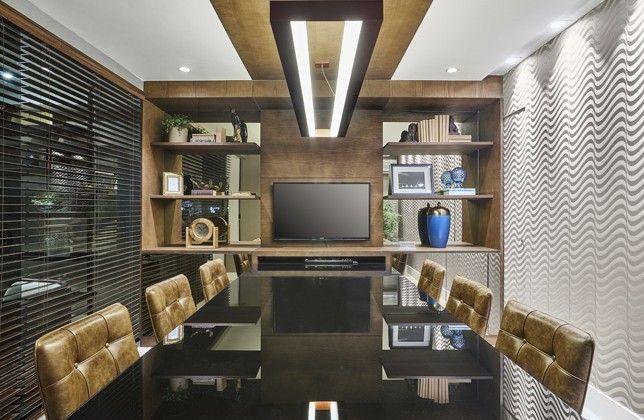 Modernidade e minimalismo se complementaram para dar origem ao ambiente Sala de reuniões do advogado, da arquiteta Gabriela De Rossi. O ambiente é composto por uma sala de estar, para reuniões mais informais, e uma sala de reunião mais reservada, separadas por uma divisória de vidro. A funcionalidade e o conforto foram priorizados nas escolhas da profissional, que optou por sofá e poltrona Concha, mesa de centro Cut, mesa lateral Mari, cadeira Áurea e mesa Vetta.