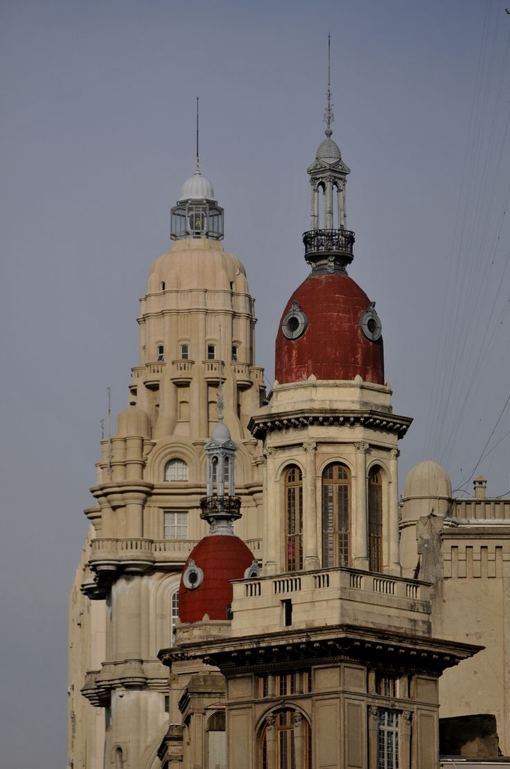 Remates de Buenos Aires, serie de imágenes del fotógrafo Fernando de la Orden, donde capturó remates y coronamientos de algunos de los edifi...
