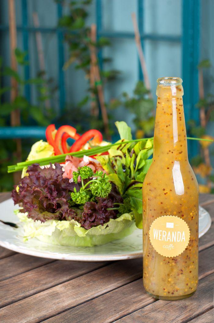 Sycąca sałata norweska i nasz, jedyny w swoim rodzaju sos vinaigrette.