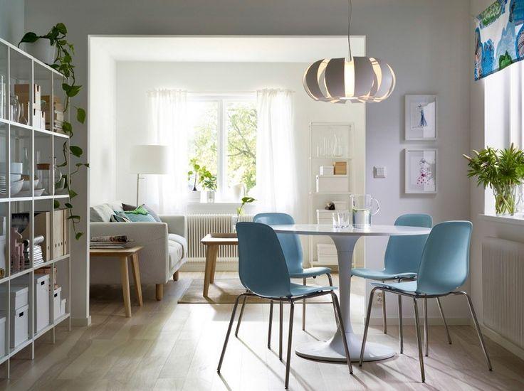 salle à manger contemporaine aménagée de style scandinave avec une table tulipe blanche et des chaises en bleu pastel