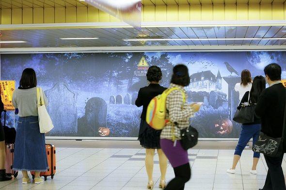 フラッシュ撮影でゾンビが写り込むサッポロビールが新宿駅で世界初の屋外広告