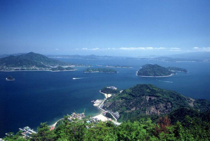 【広島県 おすすめ観光地:大崎上島02/神峰山(かんのみねやま)】大崎上島のほぼ中央にそびえる、標高453メートルの神峰山。山頂展望台からは、瀬戸内海の島々が織り成す素晴らしいパノラマが堪能できます。瀬戸内海国立公園に指定されており、晴れた日には、四国連峰やしまなみ海道までも眺めることができます。ハイキングコースとしても人気があり、遊歩道沿いには石地蔵が点在。宮島の嚴島神社のご祭神である市杵島姫命が上陸したという伝説も残されています。 《所在地》広島県豊田郡大崎上島町中野 https://www.google.co.jp/maps/@34.226513,132.905702 《関連サイト》 http://osakikamijima-kanko.jp/site/02a_01.html  #shimanowa2014 #Osakikamijima