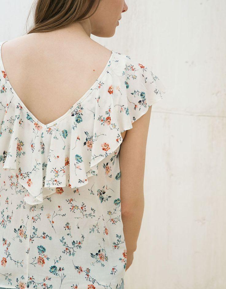 Blusa estampada con volantes y puntilla. Descubre ésta y muchas otras prendas en Bershka con nuevos productos cada semana