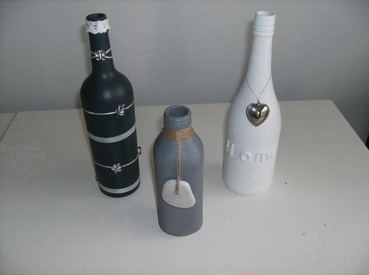 Flessen bewerkt met gesso en verf en gedecoreerd