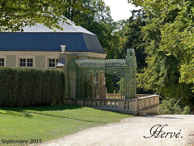 7) Château de Chantilly: la maison de Sylvie. -Ce nom reste attaché au bâtiment et à cette partie du parc. Il est reconstruit par Henri Jules de Bourbon-Condé, le fils du Grand Condé et à nouveau transformé par Henri d'Orléans en 1880-95 qui y adjoint une rotonde polygonale.