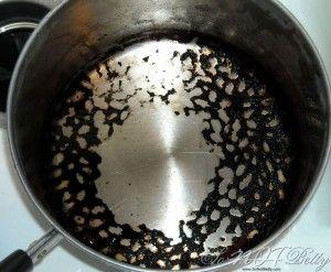 1 – Cobrir a parte queimada com água e misturar 2 colheres pequenas de molho de tomate, então ferva-a e em pouco tempo o queimado irá se soltar.  2 – Queimado no fundo da panela sai mais facilmente se ficar de molho com bicarbonato de sódio por algumas horas. Depois é só lavar normalmente.  3 – Deixar de molho apenas com um pouco de sal também ajuda.