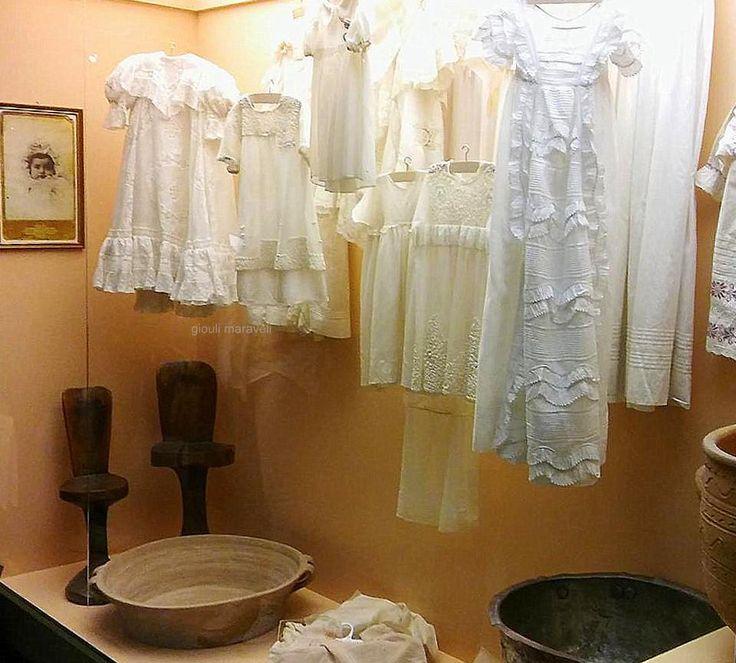Ολομέταξα βαπτιστικά φορέματα κεντημένα με το χέρι.Κάτω αριστερά,καρεκλάκια τοκετού και λεκάνη.