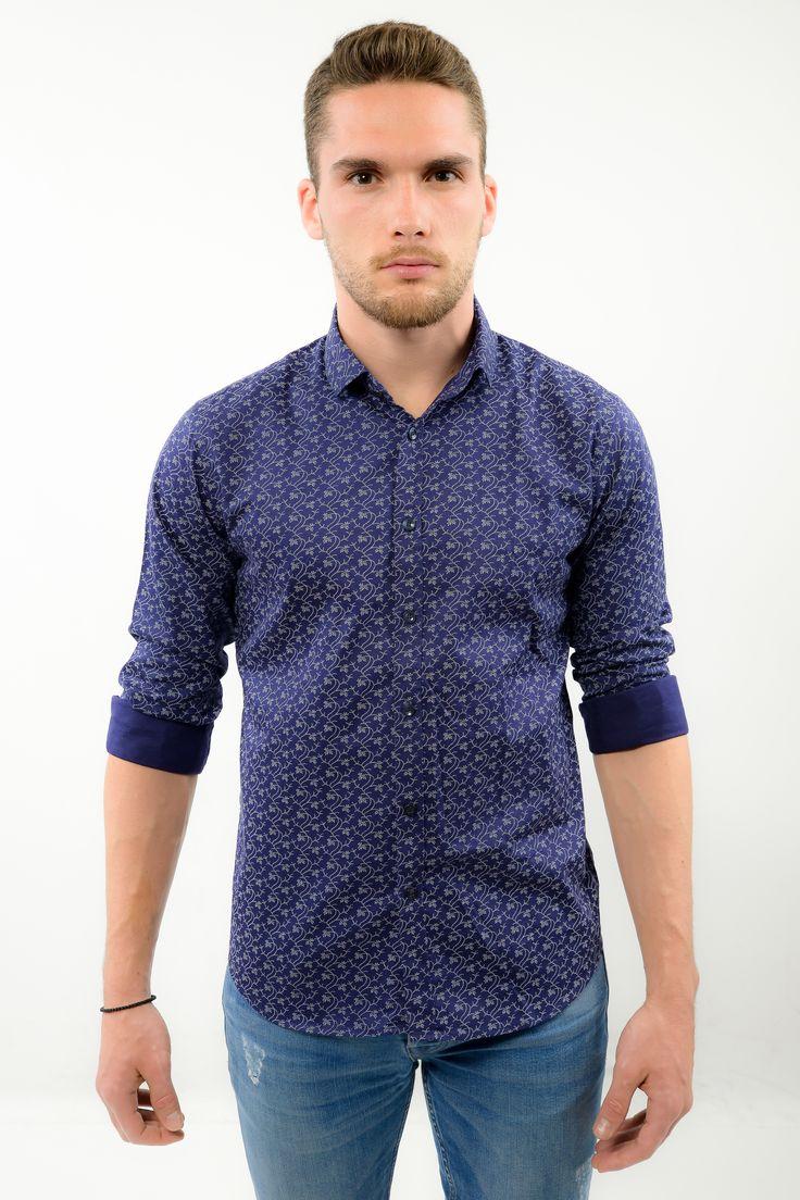 Une chemise homme en coton bleu et imprimé blanc. Look incredibly charming  and manly even