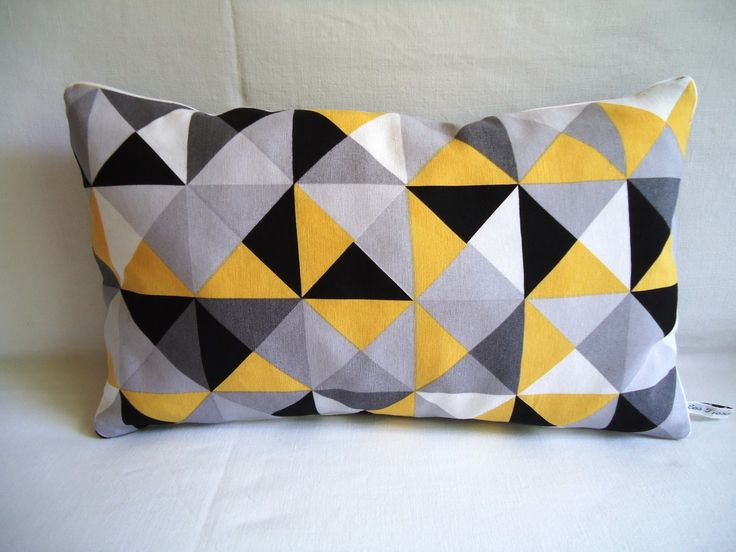 Housse de coussin graphique rectangulaire, triangles  et losanges blancs, jaune, gris, et noir, passepoil blanc