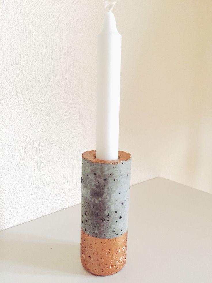 Beton kunst   1: køb cement (evt. Fra silvan)  2: bland op med vand til cementen/betonen ikke flyder ud  3: have din former klar (der kan bruges alt - her er der brugt en redbull dåse) Smør formen med olie (evt. Madolie)  4: tage betonen i formen og lad det tørre.  MIN. 24 timer  Men lad det stå i 48 timer 5: tag formet væk  6: spray med klar lak (evt. Fra Harald Nyborg 7: klar til brug (kan males, fx kobber som her)