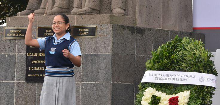 La alumna de la Escuela Secundaria Federal Número 5 Manuel R. Gutiérrez, Carla Monserrat Estrada Hernández, declamó la poesía Fanfarria a los Héroes, acompañada por la Banda de Guerra del 87º Batallón de Infantería, en una interpretación que emocionó a los asistentes y arrancó fuertes aplausos.