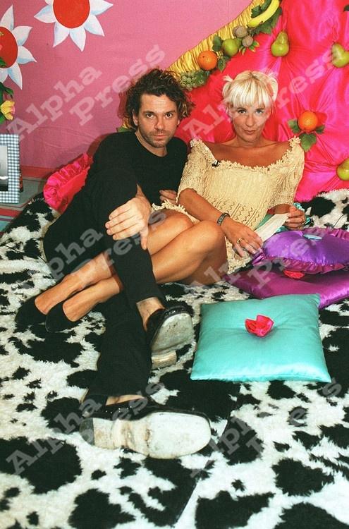 "31_10_94.MICHAEL HUTCHENCE & PAULA YATES (ON THE BED).-""THE BIG BREAKFAST"" CHANNEL 4 TV LONDON."