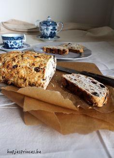Dit havermoutbrood is een perfecte en gezonde start van de dag. Het bevat geen geraffineerde suikers, maar is toch lekker zoet door de dadels en de rozijnen.