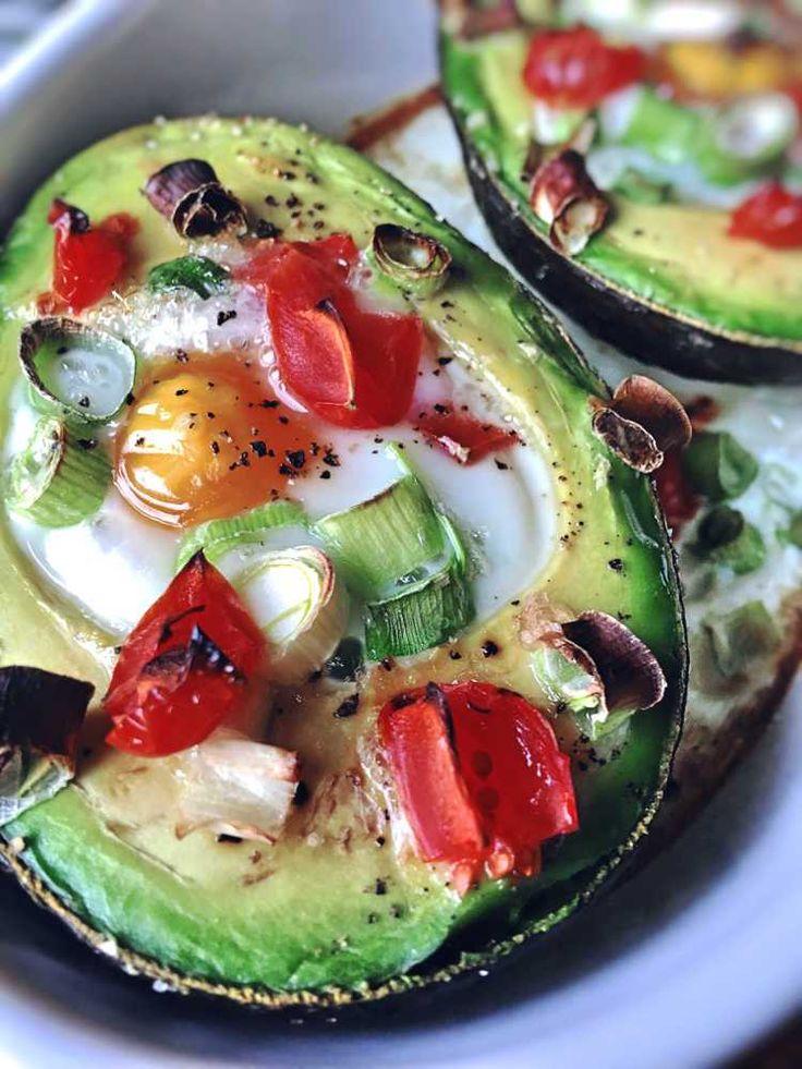Gefüllte Avocado ein leckeres vegetarisches Low Carb & Paleo Frühstück