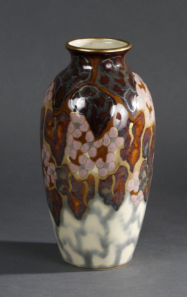 Camille Tharaud Vase de forme ovoïde en porcelaine à fond beige et brun irisé H 26 cm estimation 300 € / 500 €