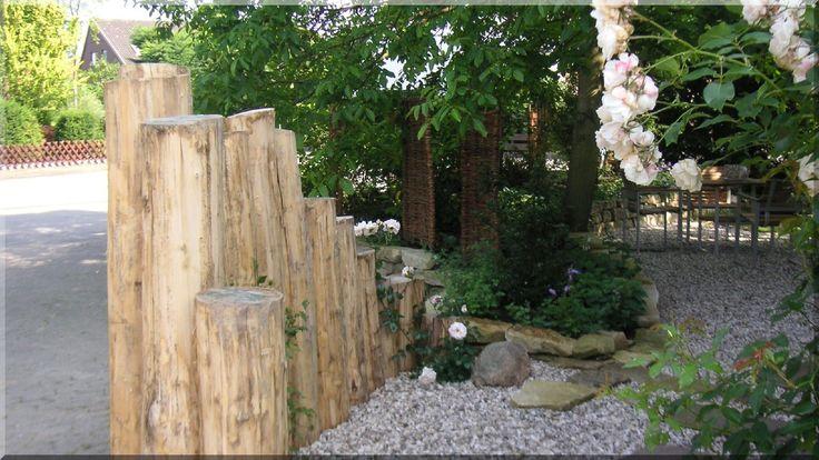 Entrindete Robinienstämme für Gartenbau