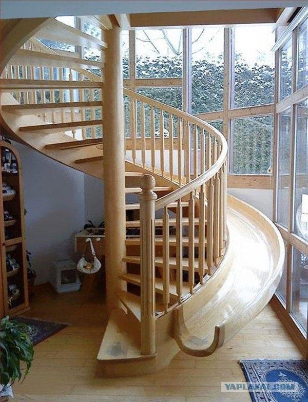 Винтовая лестница-горка в придачу к повседневному использованию есть также дополнительная функция для детей.