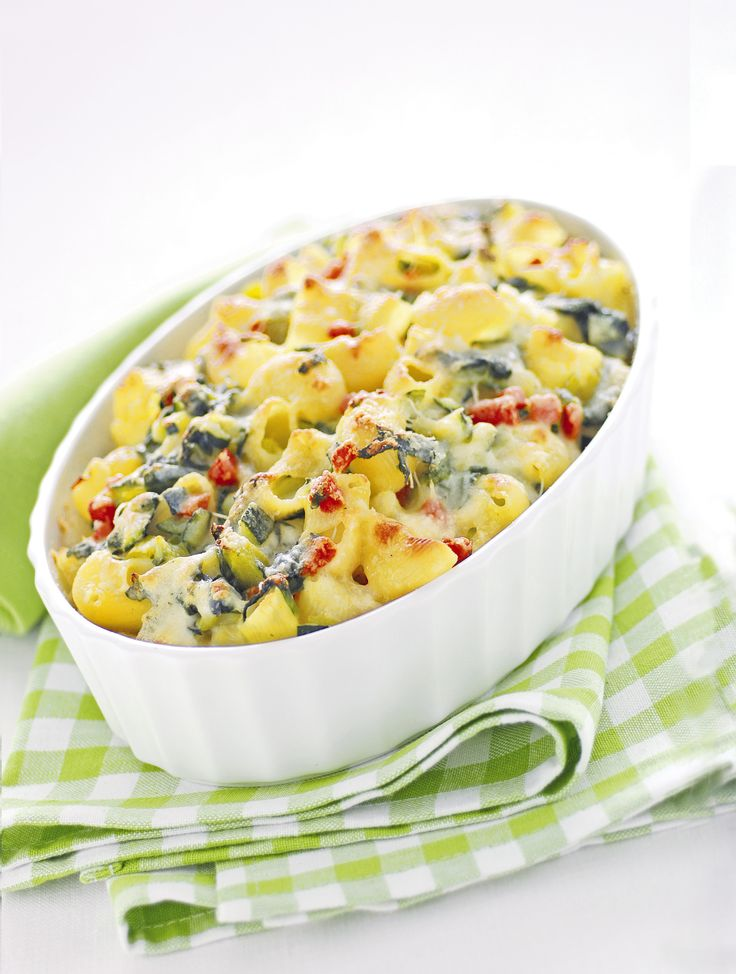 Servi ai tuoi ospiti una versione originale della pasta gratinata: scopri la ricetta di Sale&Pepe e prepara le conchiglie con verdure miste e fonduta.