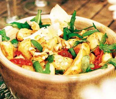 1 kg kokt, kall potatis 20 rucolablad 4 soltorkade tomater i olja 1 dl olivolja 2 msk balsamvinäger 1 tsk dijonsenap 3 krm nymald svartpeppar salt,  (valnötter) - kan finnas vid sidan om parmesanost - vid sidan om