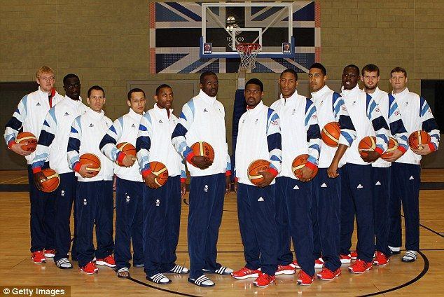London 2012: David Cameron poses with the Olympic volleyball squad ...