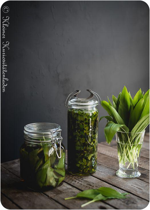 Simples Rezept für Bärlauchöl und Bärlauchessig, einfach in der Zubereitung. Selbstgemachtes Mitbringsel im Frühling, in der Bärlauchzeit.