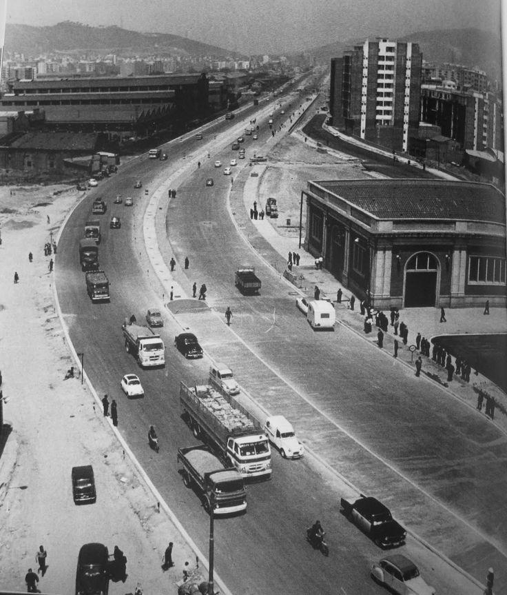 La Meridiana nació en 1961, dividiendo los barrios de la Tinidad en dos, Vella y Nova. Por debajo se instaló la via ferrea, que hasta entonces circulaba en la superficie desde principios de siglo...