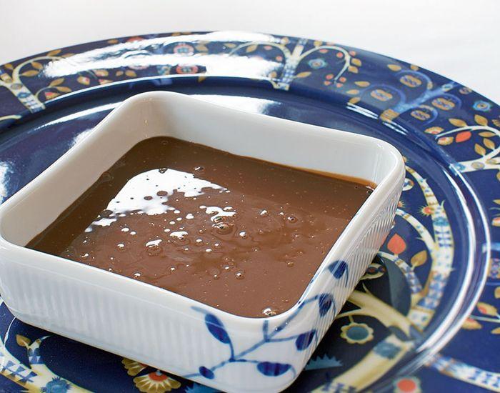 Hjemmelavet chokoladesauce er verdens bedste tilbehør! Få opskriften på den mest tjekkede og supernemme chokoladesauce til isen eller kagen her!