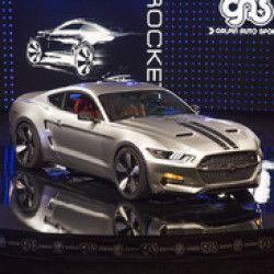 フォードの新型「マスタング」をベースに、カスタムショップのギャルピン・オートスポーツと自動車デザイナーのヘンリック・フィスカー氏が共同で手がけた「ロケット」。…