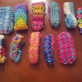 Rainbow Loom Pattern Library - FANTASTIC up-to-date tutorial library of nearly every pattern as well as: tutorials for adding charms, beads, etc; buying supplies and so much more. Site is arranged by designer, too.