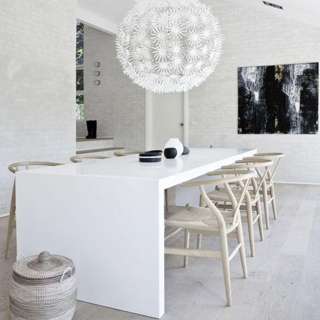 Стул CH24, он же Wishbone, разработан еще в 1949 году датским дизайнером мебели Гансом Вегнером (HansJ.Wegner). Ганс Вегнер всегда был приверженцем натуральных материалов при создании элементов мебели, вот и этот стул из натурального дерева стал самым популярным его творением. Деревянный стул имеет сидение из бумажного шпагата. Каркас CH24 выполнен из гнутого дерева. Спинка похожа на вилочковую птичью кость (wishbone – по анг. вилочковая кость). Отсюда и название популярного стула