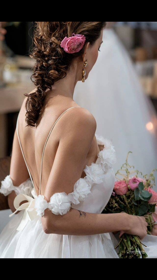 The details of this wedding dress, look at this flowers :)