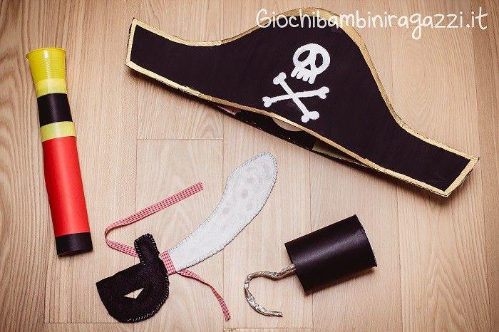Ecco due video tutorial per realizzare un costume per bambini fai da te da pirata: dal cappello alla sciabola, ecco passo passo le istruzioni.